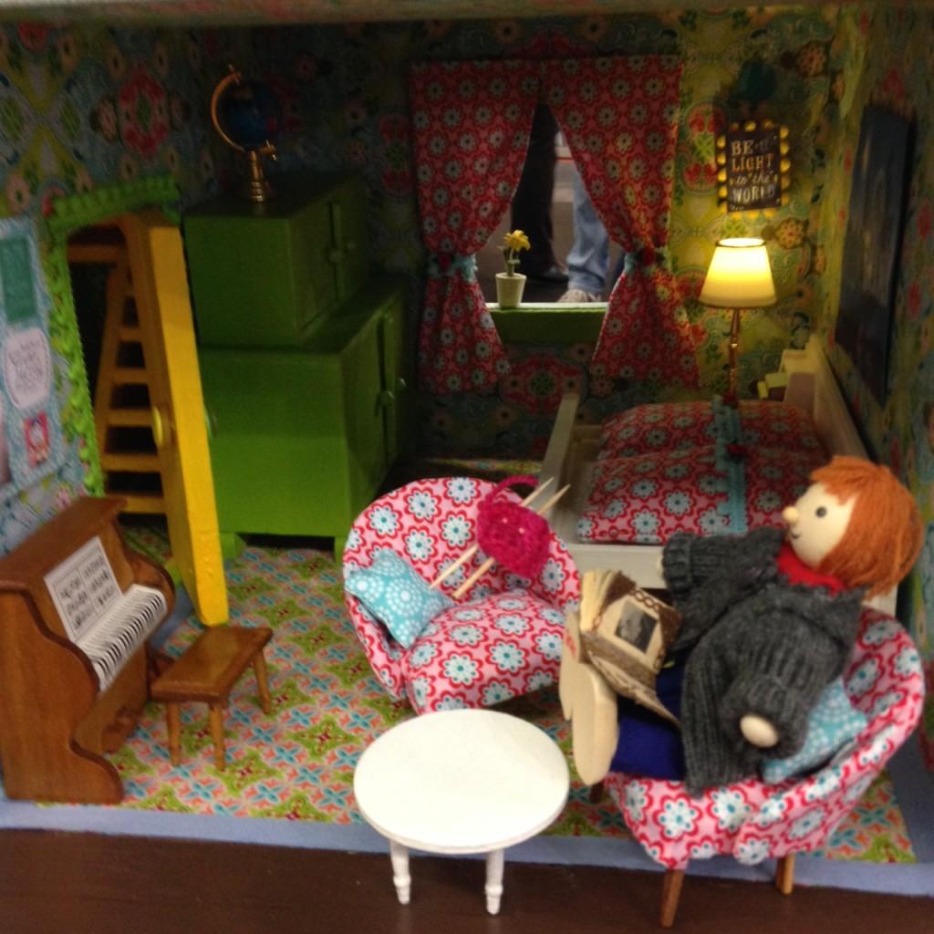 Blick ins zuckersüße Vintage-Puppenhaus von Julia vom kreativlabor berlin. Foto: Sandra Cantzler
